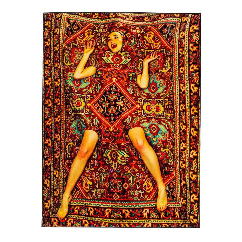 Signora nel tappeto Toiletpaper